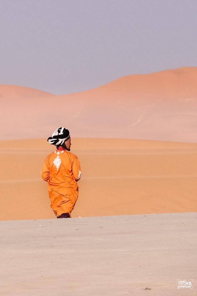 Un sahraoui devant les dunes de Merzouga