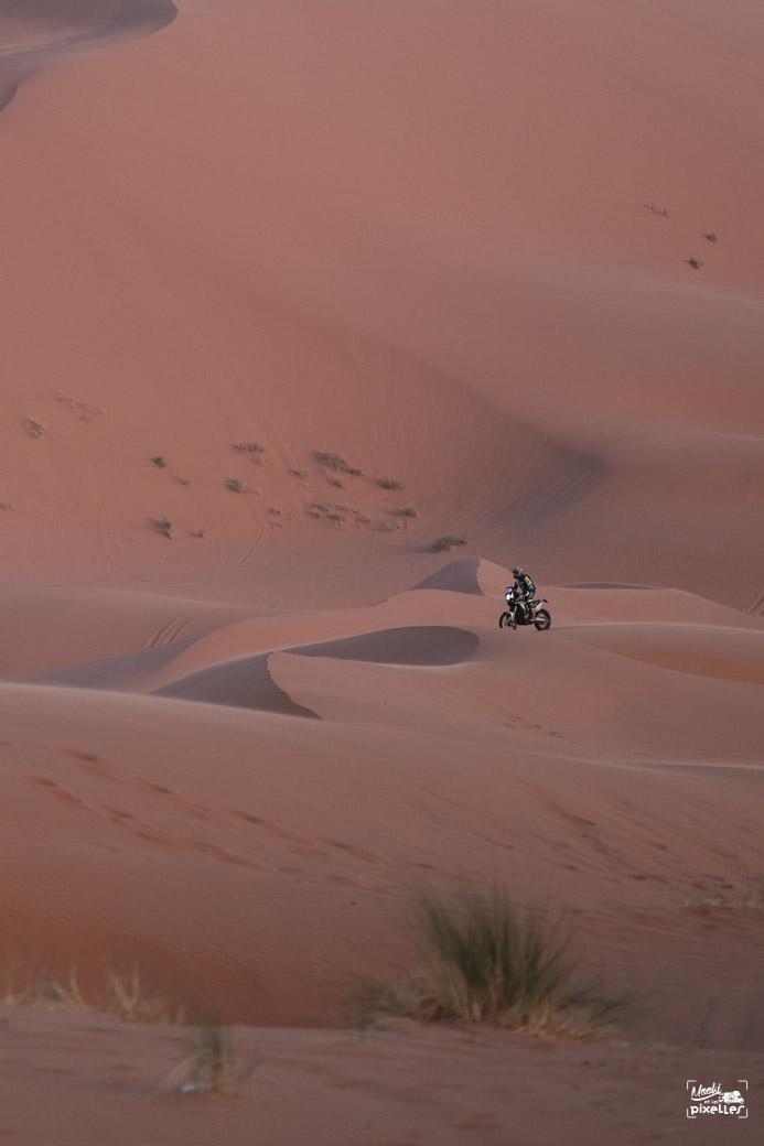 Un motard s'amuse dans les dunes de Merzouga au Maroc